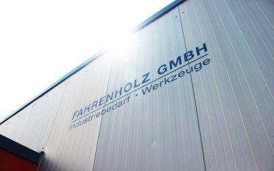 Gebäudeteil mit dem Fahrnholz-Logo